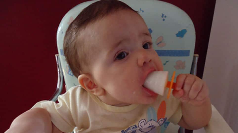 Una madre hace helado de leche materna para aliviar las molestias de la dentición de su bebé