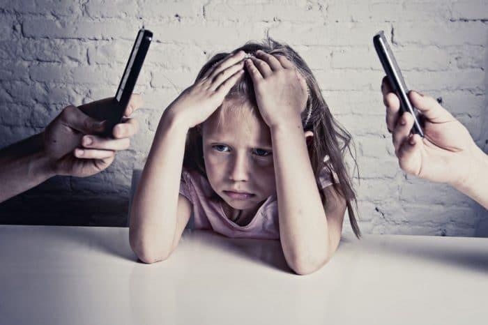 Adicción móvil afecta hijos