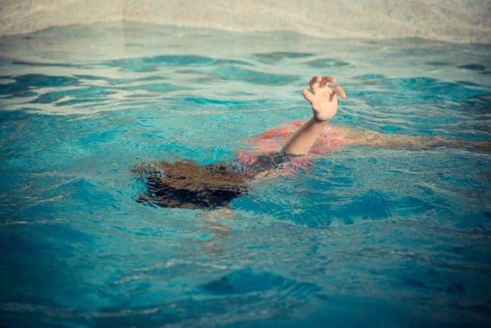 niño ahogandose