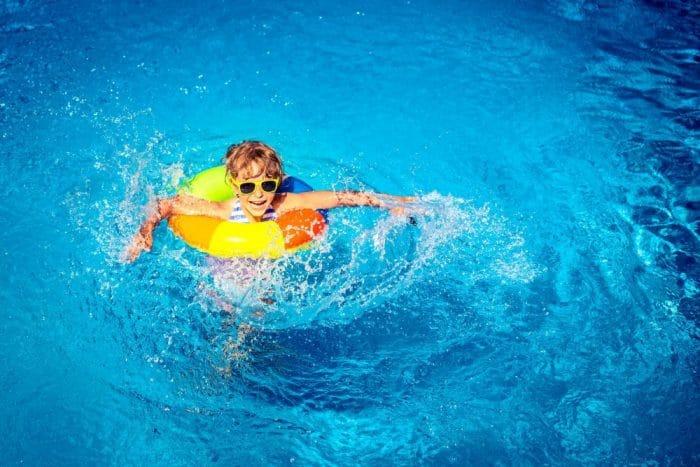 seguridad niños agua piscina playa