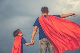 Un padre no amamanta pero tiene un papel fundamental en la crianza
