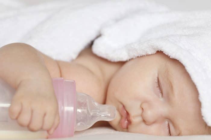 Un bebé acaba prácticamente en estado vegetativo porque sus padres añaden alimentos a la leche de fórmula