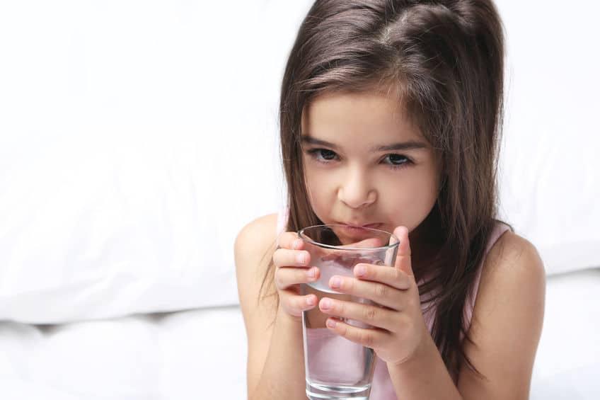Por qué tu hijo te pide agua cuando ya está en la cama