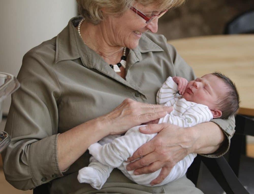 Suegra abraza bebé recién nacido