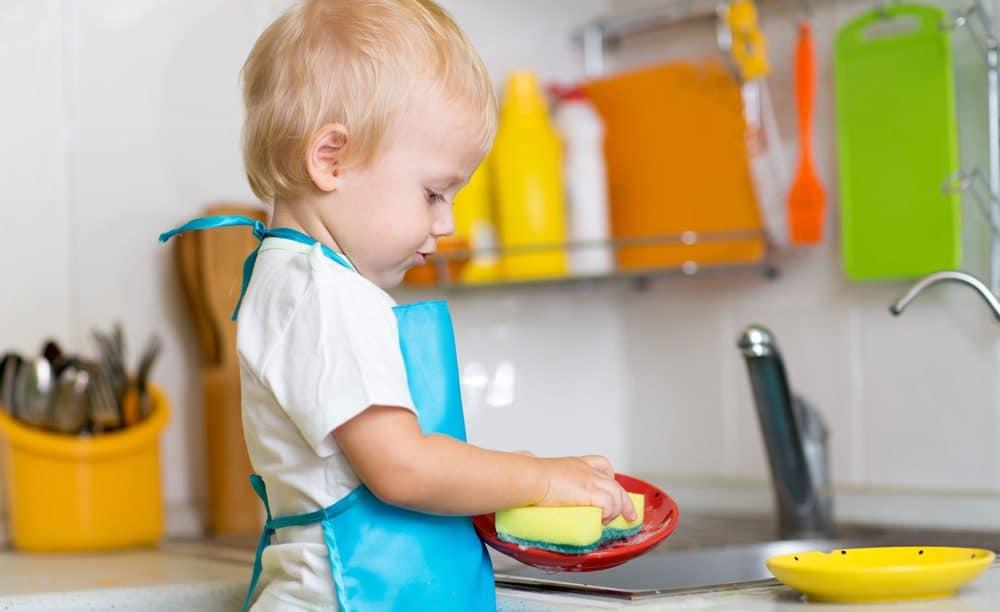 niños ayudan tareas domésticas