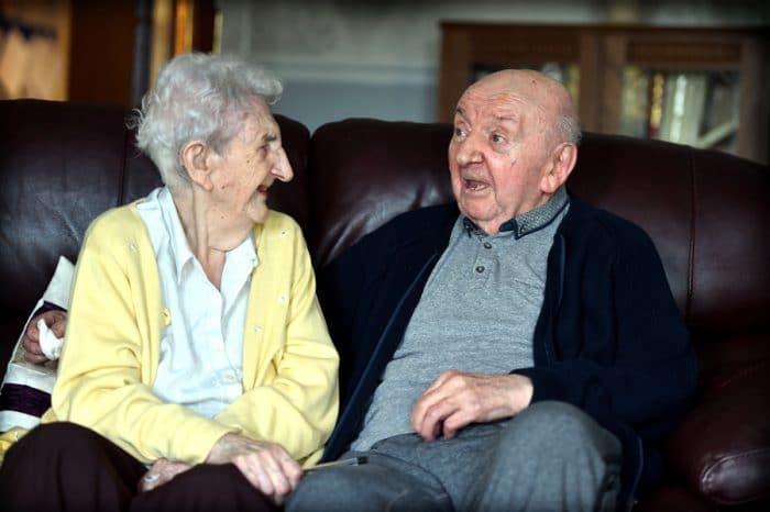 Anciana de 98 años se muda a la residencia de su hijo de 80 para cuidarle