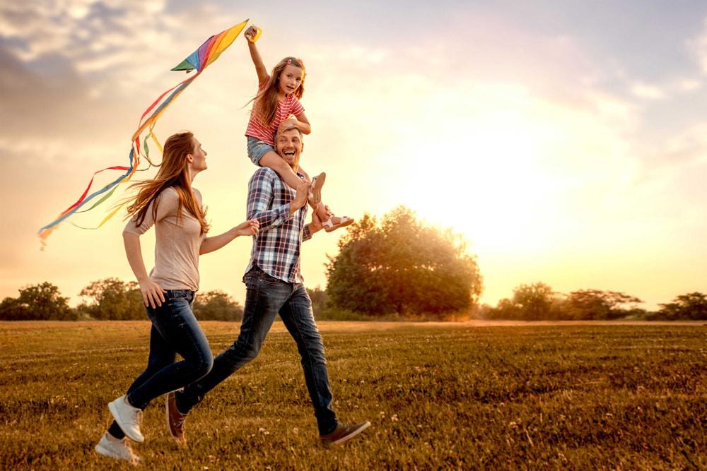 familia feliz salud emocional