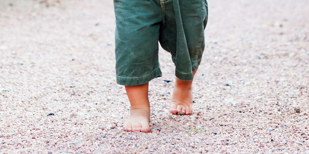 niño descalzo inteligente
