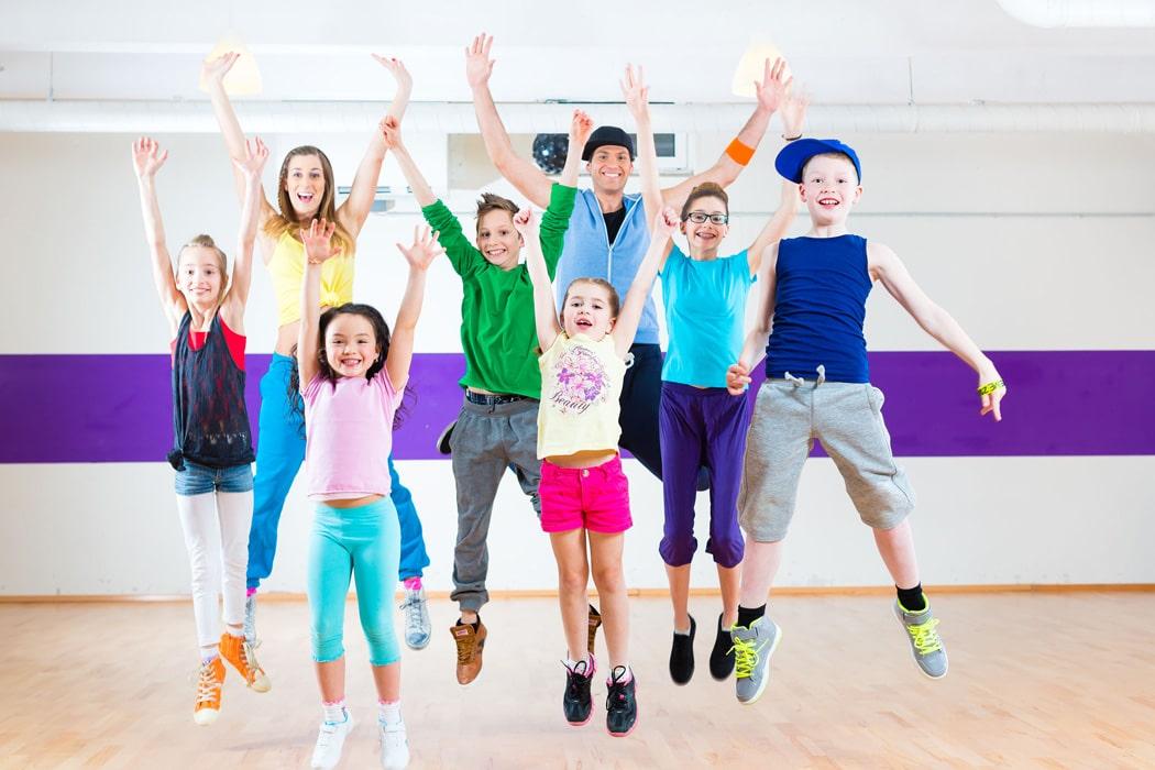 niños bailan felices