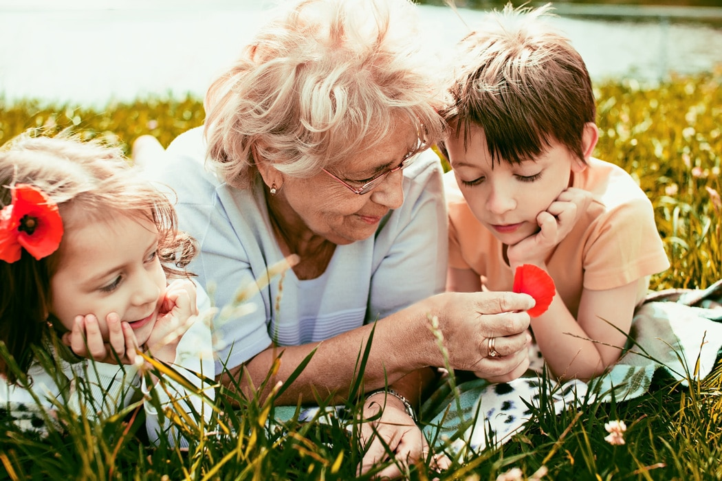 abuelos cuidan nietos viven mas