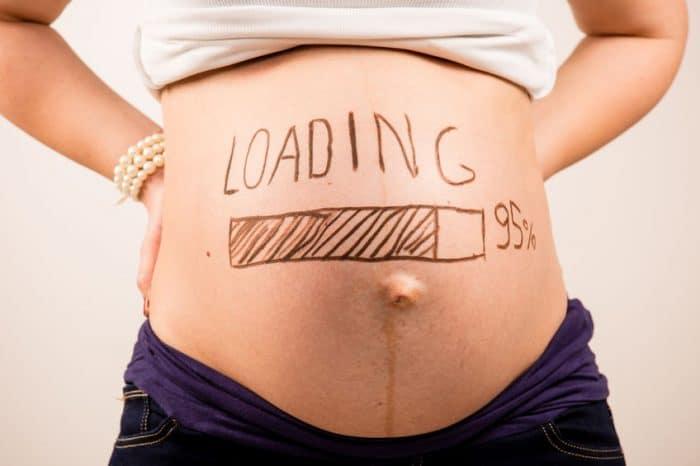 Barriga embarazada pintada loading tecnologia