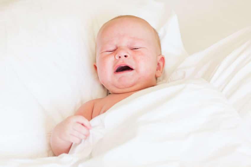 bebé llora mientras duerme