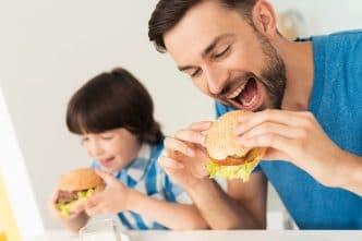hijo come comida basura