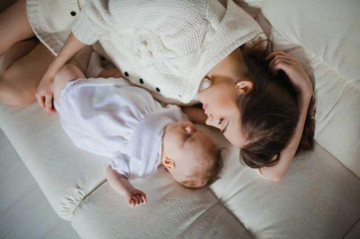 NUNCA te quedes dormido/a con tu bebé en el pecho