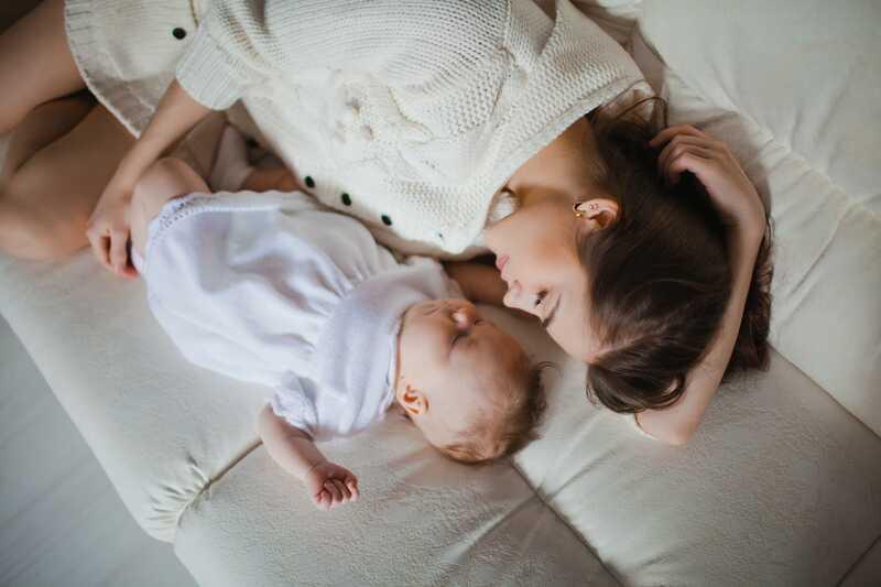 NUNCA te quedes dormido con tu bebé en el pecho