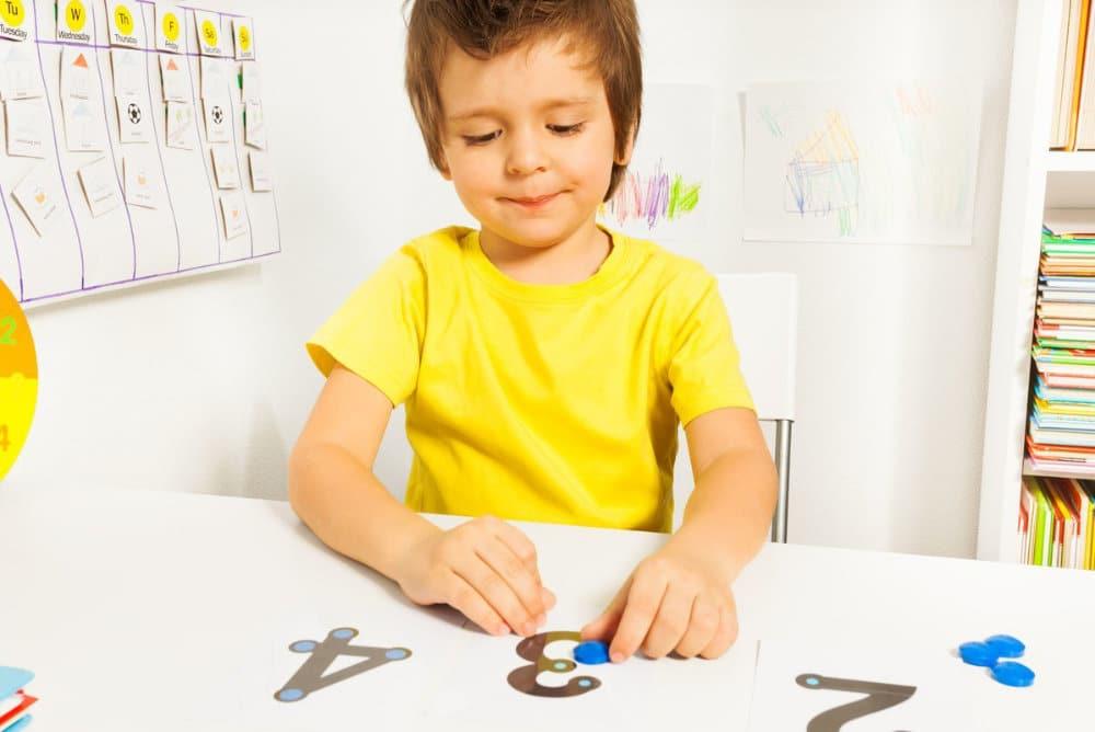 Cómo educar a tu hijo para que comprenda a un niño con autismo