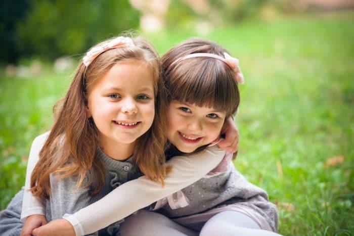 niños que manipulan a otros niños