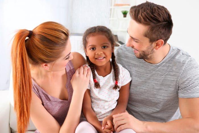 Cómo adoptar un niño en España