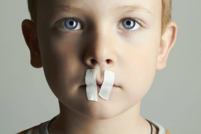 Enseña a tus hijos que no deben guardar secretos