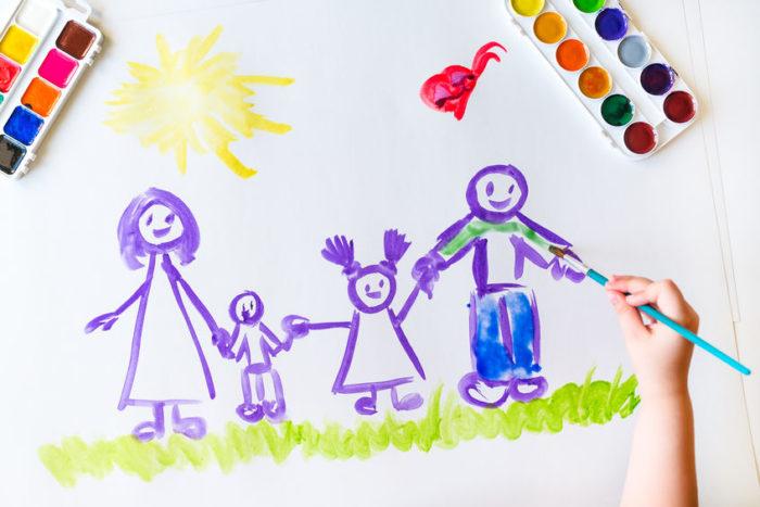 niño dibujo familia