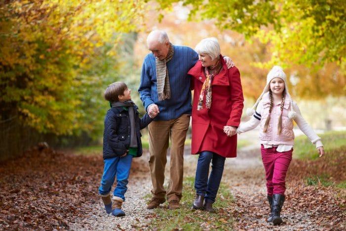 Abuelos cuidar nietos