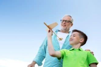 Abuelo niño con autismo