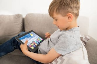 Calmar a hijo con tablet o móvil
