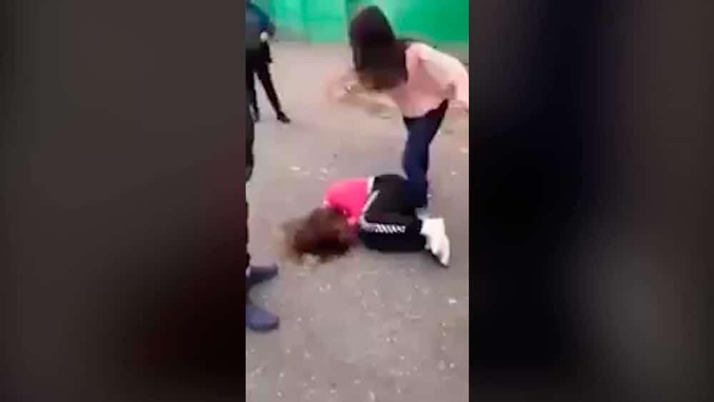 Los compañeros de clase le dan una paliza y la dejan estéril