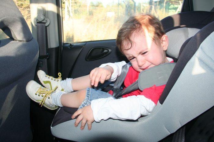 padre olvida niño en coche
