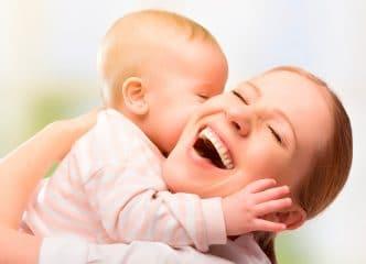 quieres abrazar morder bebé