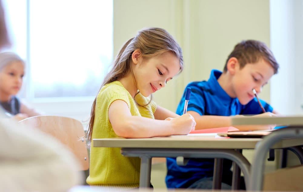 Así es cómo tu hijo puede aprender a tener una buena actitud en la escuela