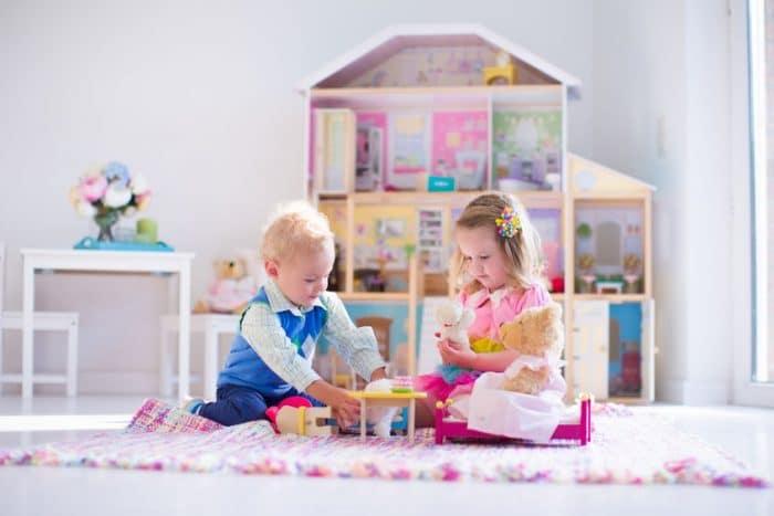 niño jugando con muñecas