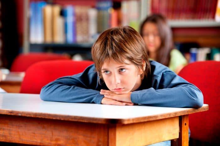 Niños que se aburren en clase