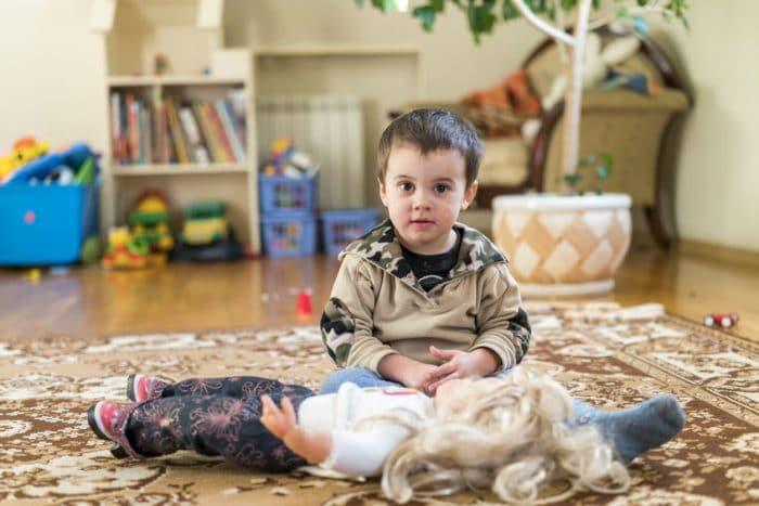 niños juegan muñecas