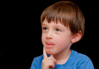 niños sacan lengua cuando concentrados