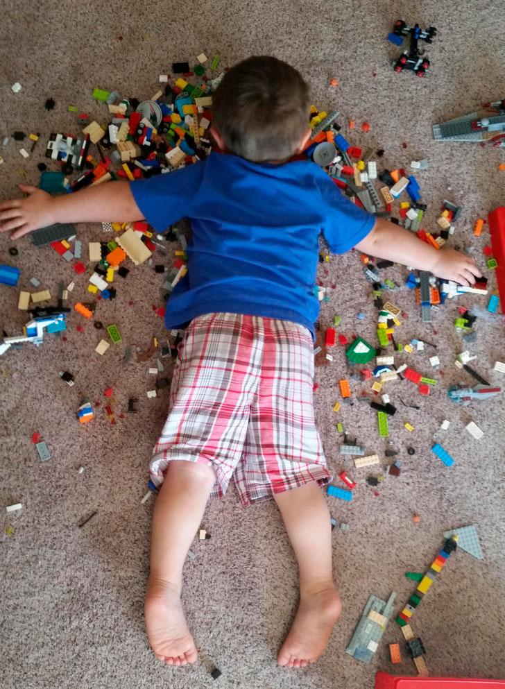 niño no quiere compartir lego