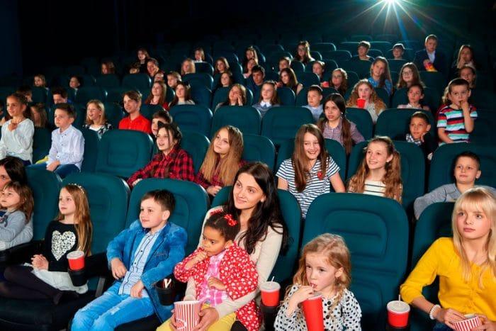 Celebra cumpleaños infantil en un cine