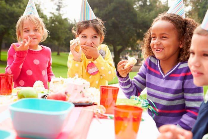 Celebrar cumpleaños infantil en parque público