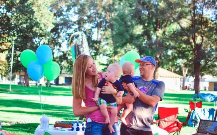 Julie y Dan McConnel padres gemelos Síndrome de Down