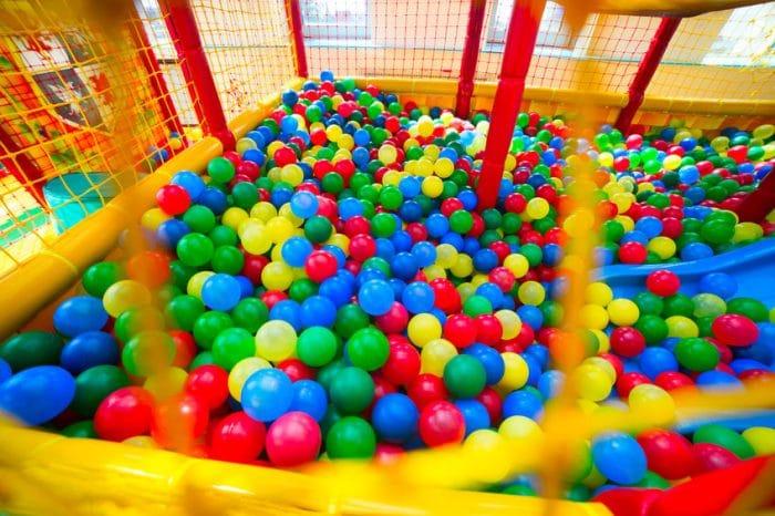Estudio revela que las piscinas de bolas son una fuente de bacterias peligrosas