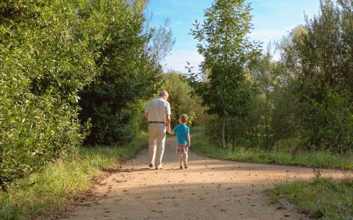 abuelo cuida nietos