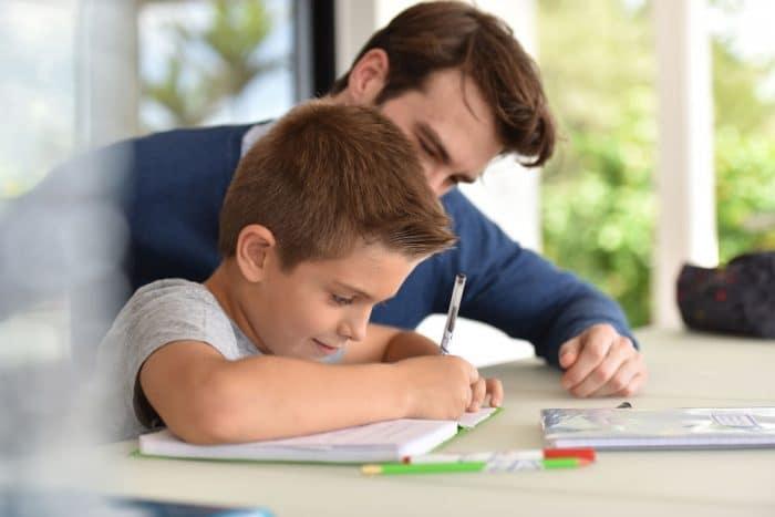 Hacer deberes con los hijos