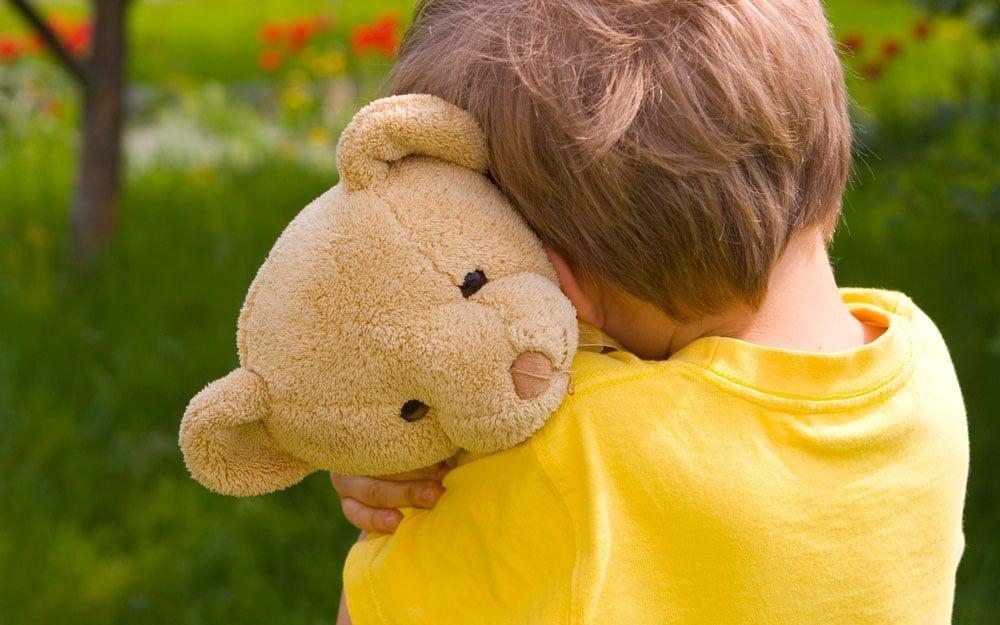Niño que no se siente amado: niño con corazón destrozado