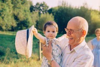 Nieta feliz con su abuelo