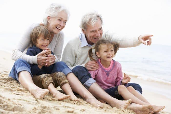 Padres estrictos que se convierten en abuelos permisivos