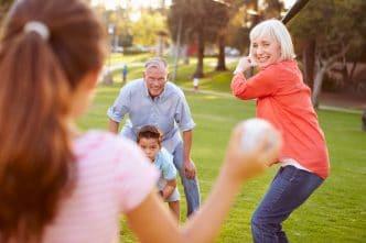 abuelos cuidan nietos padres trabajan