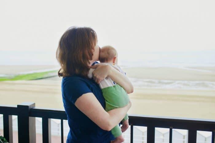 beneficios coger brazos bebé