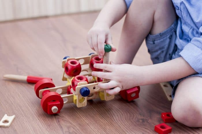 niño recogiendo juguetes