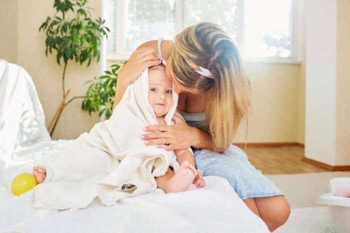 Foto madre bañando hijo bebé