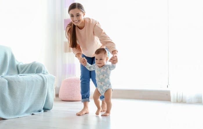 Foto madre caminando bebé